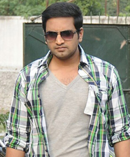 Santhanam Gets Injured In A Fist Fight